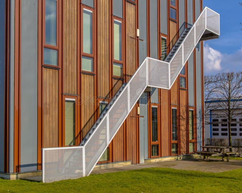 prédio de escritórios sustentável de madeira foto de stock royalty free