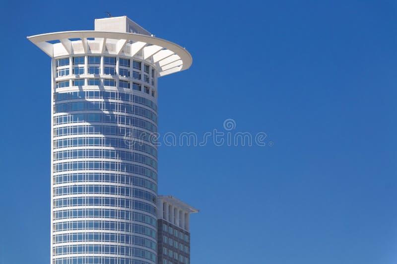 Prédio no céu azul Francoforte - am - torre principal de Alemanha Westend fotografia de stock