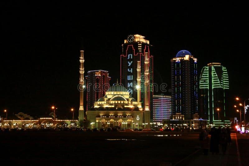 Prédios da cidade de Grozny e um coração da mesquita de Chechnya imagens de stock royalty free