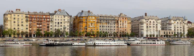 Prédios de apartamentos coloridos de Budapest ao longo do Danube River fotografia de stock