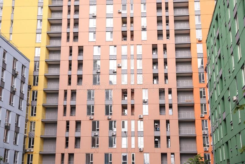 Prédios de apartamentos coloridos novos na cidade foto de stock