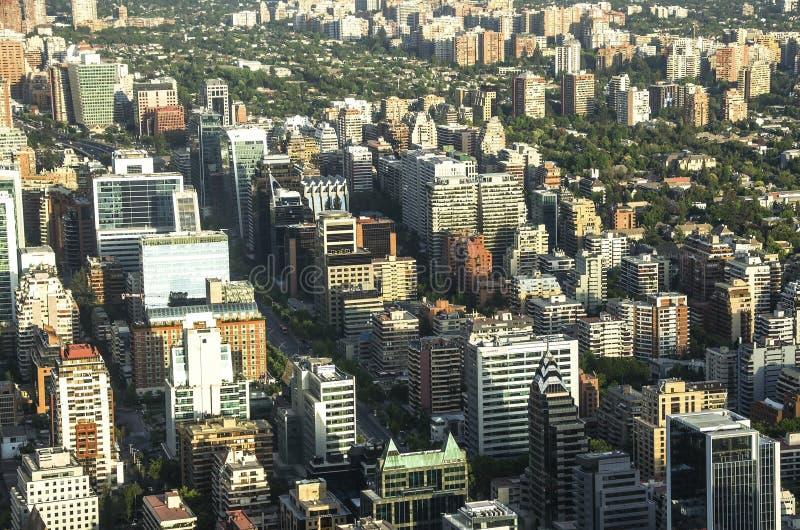 Prédios de apartamentos e planos modernos no Santiago do centro, o Chile imagem de stock