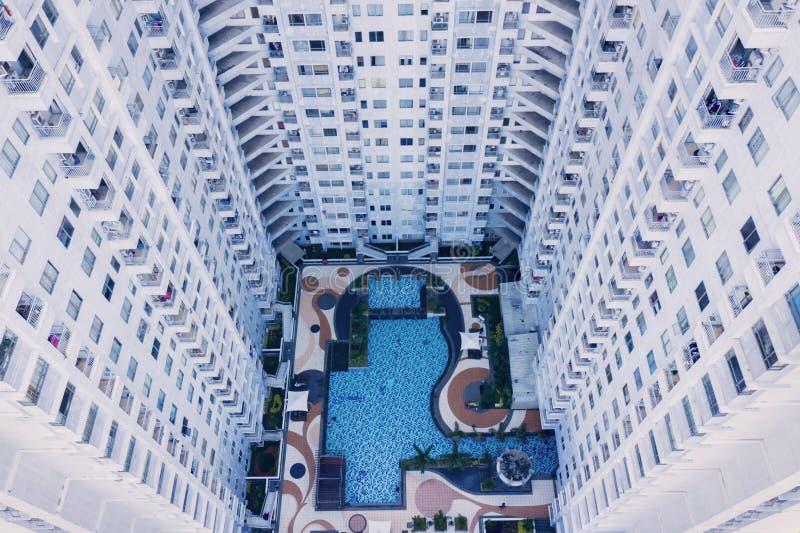 Prédios de apartamentos modernos com uma associação da nadada imagem de stock