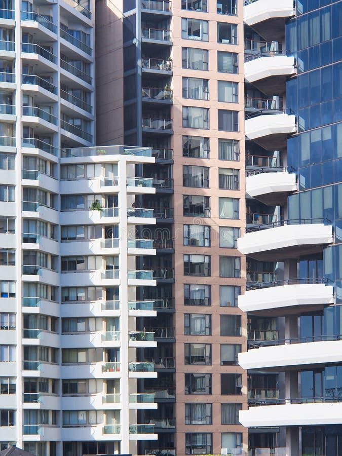 Prédios de apartamentos modernos, testes padrões geométricos imagens de stock royalty free