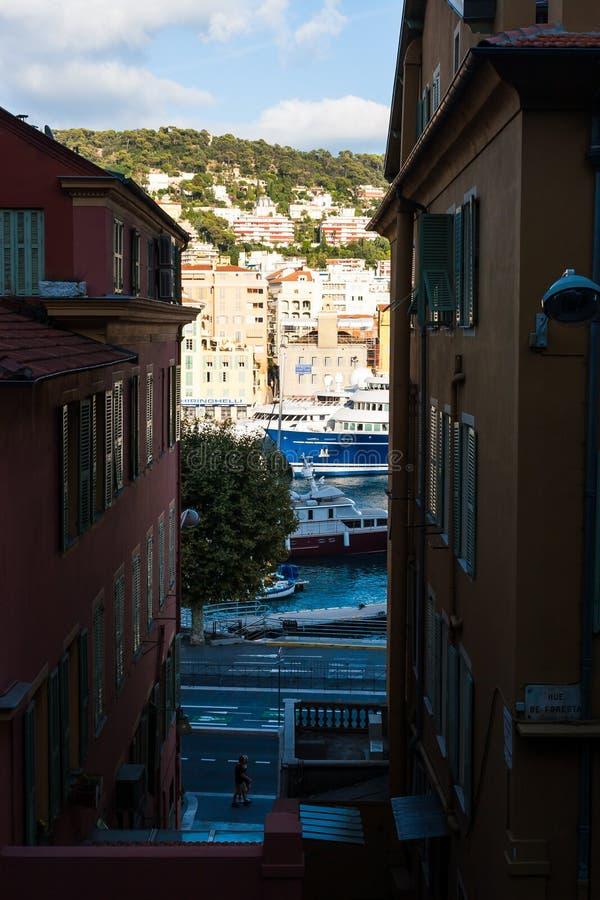 Prédios de apartamentos no meio de uma vista do porto Lympia em agradável imagens de stock royalty free