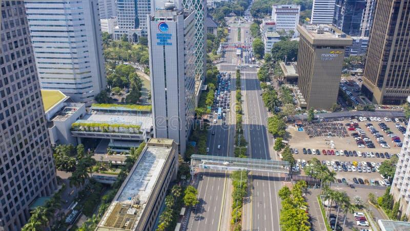 Prédios de escritórios com tráfego hético em Jakarta foto de stock