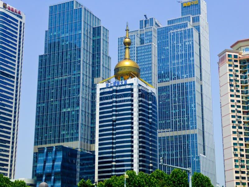 Prédios de escritórios da cidade de Qingdao fotos de stock