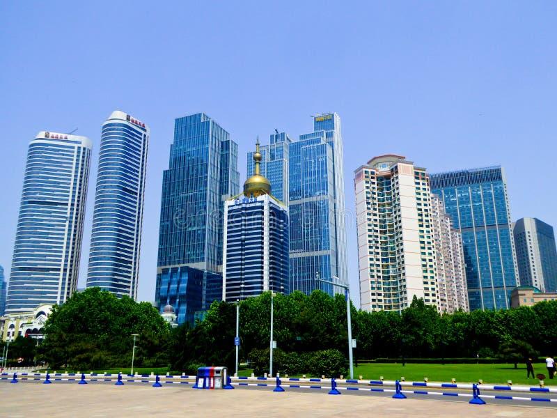 Prédios de escritórios da cidade de Qingdao foto de stock royalty free