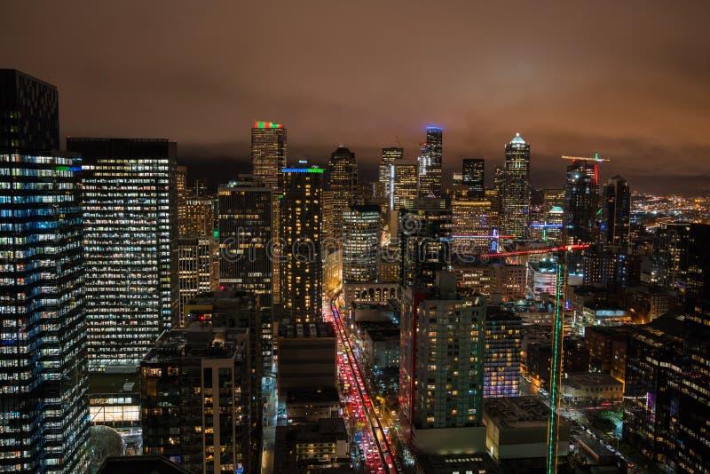 Prédios de escritórios da skyline de Seattle na noite fotografia de stock
