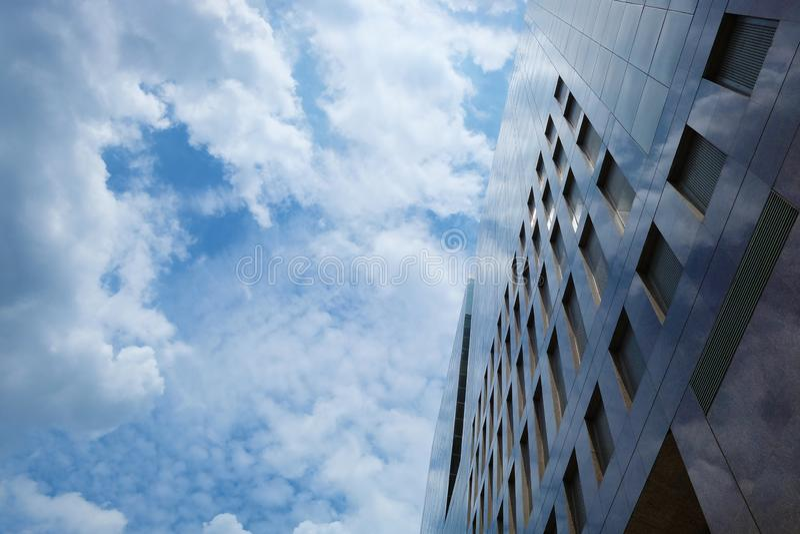 Prédios de escritórios do arranha-céus no bom lugar imagens de stock royalty free