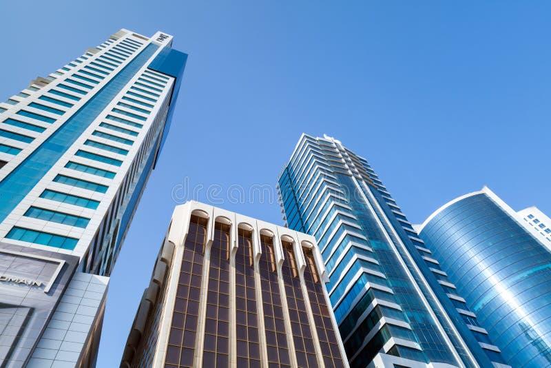 Prédios de escritórios e hotéis modernos Manama, Barém fotos de stock