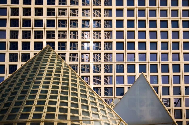 Prédios de escritórios e pirâmides imagens de stock royalty free