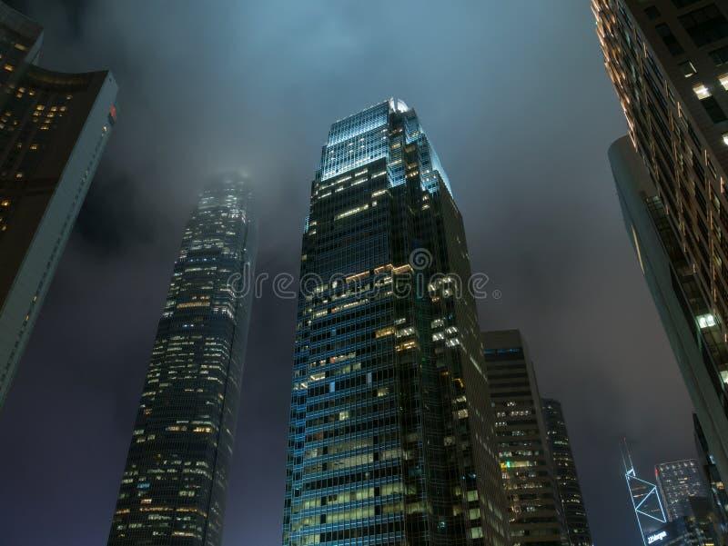 Prédios de escritórios modernos na noite da cidade de Hong Kong imagens de stock royalty free