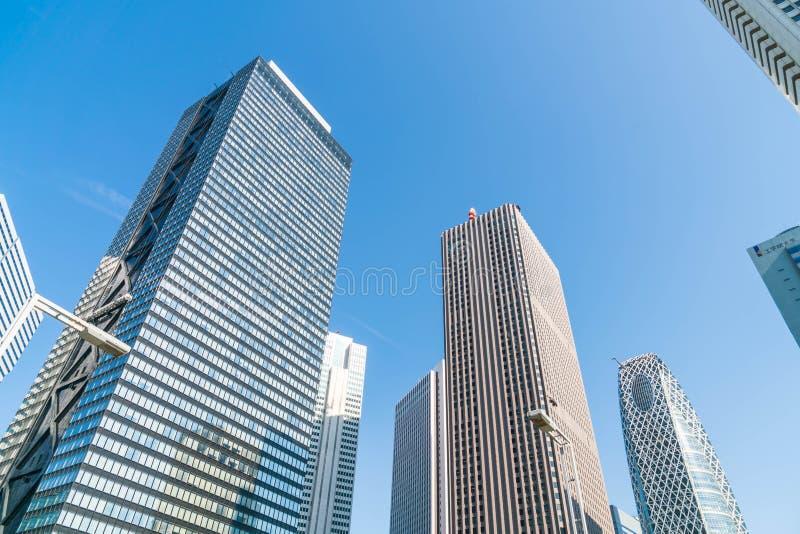 Prédios e céu azul - Shinjuku, Tóquio fotografia de stock