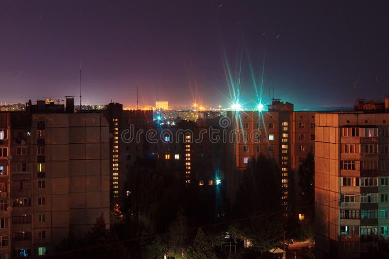 Prédios longos dos assoalhos da foto 9 e 10 da exposição da noite em cores alaranjadas e azuis A vida urbana grande está aqui fotos de stock