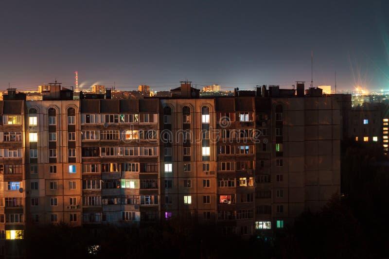 Prédios longos dos assoalhos da foto 9 e 10 da exposição da noite em cores alaranjadas A vida urbana grande está aqui foto de stock