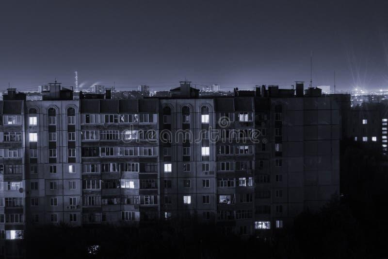 Prédios longos dos assoalhos da foto 9 e 10 da exposição da noite em cores preto e branco A vida urbana grande está aqui fotografia de stock