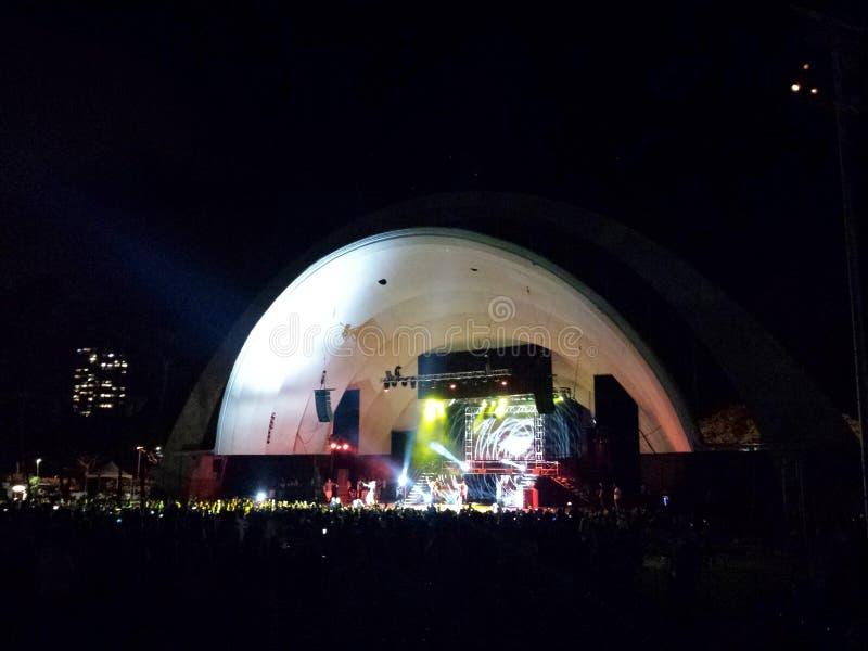 Préformations de Chris Brown d'artiste de Musicial la nuit chez le Waikiki elle image libre de droits