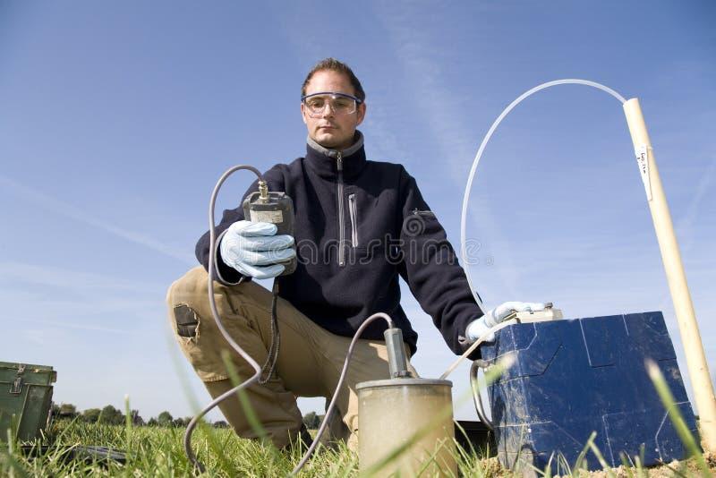 Prélèvement des échantillons de la saleté et des eaux souterraines. photos stock