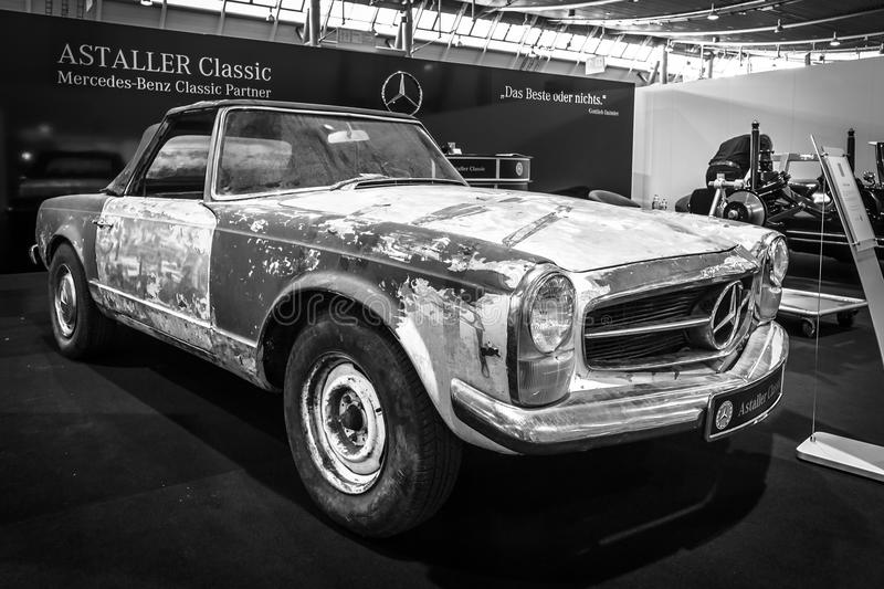 pr par la restauration de la voiture de sport mercedes benz 230 sl pagode w113 1968 photo. Black Bedroom Furniture Sets. Home Design Ideas