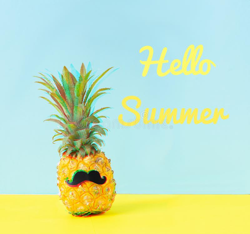 Pr?par? ananas gai avec une moustache noire et l'?t? d'expression bonjour un fond jaune bleu Effet de probl?me photo stock