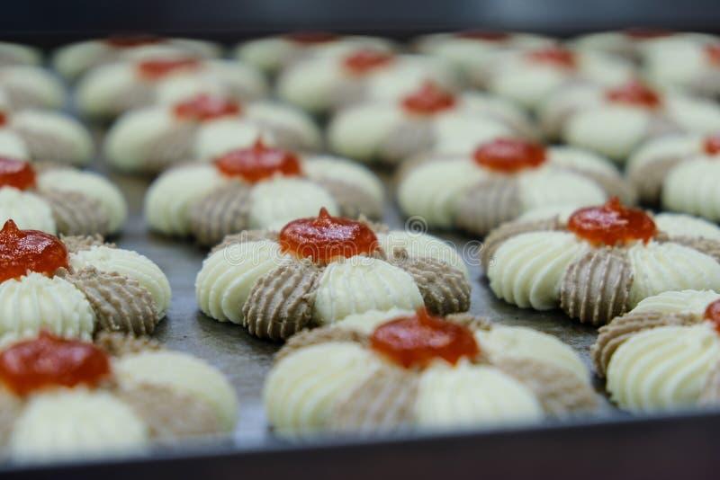Préparé aux biscuits de cuisson avec la confiture photos stock