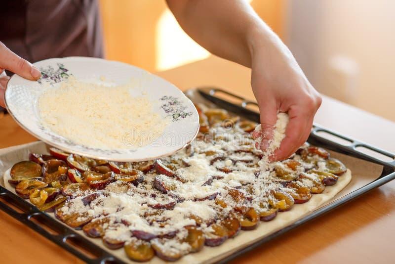 Préparant, gâteau de cuisson de prune photo libre de droits
