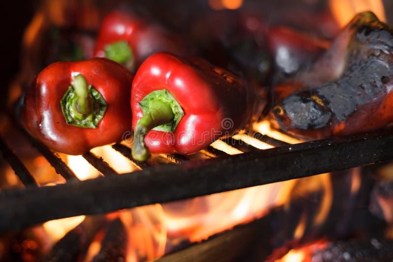 Préparant la délicatesse Ajvar du Balkan traditionnel, grillant le paprika sur une flamme nue images stock