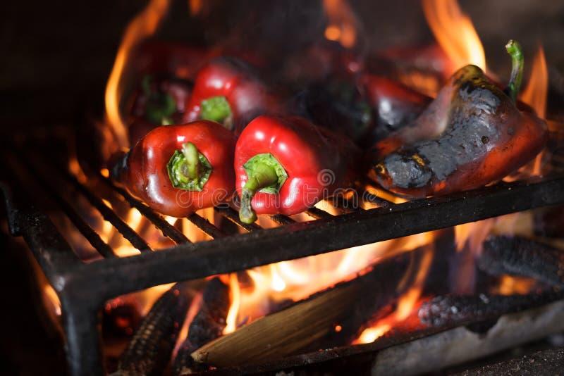 Préparant la délicatesse Ajvar du Balkan traditionnel, grillant le paprika sur une flamme nue photo libre de droits