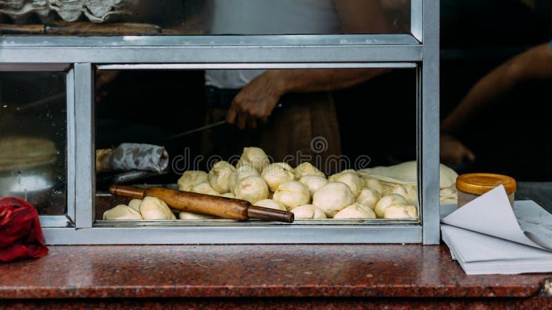 Préparant la pâte sur le comptoir de cuisine pour faire le poulet Kati Nourriture de rue dans Kolkata, Inde photographie stock libre de droits