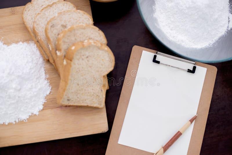 Préparant un ingrédient pour faire cuire la nourriture saine photographie stock
