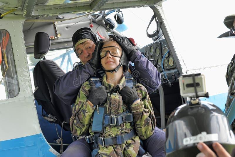 Préparation à faire un saut en chute libre en tandem photo stock