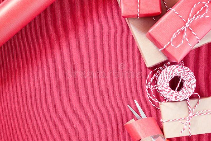 Préparation à l'emballage de cadeau en papier d'emballage rouge et beige images libres de droits