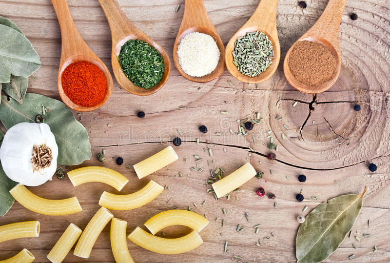 Préparation alimentaire d'épices sur des ingrédients de nourriture de table photos stock