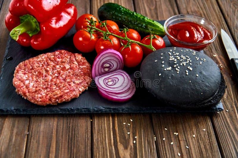 Préparation d'hamburger photos libres de droits