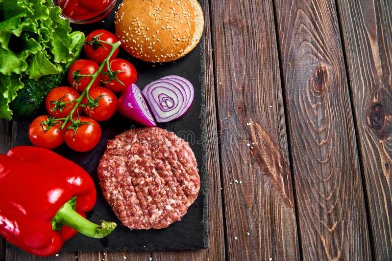 Préparation d'hamburger image stock