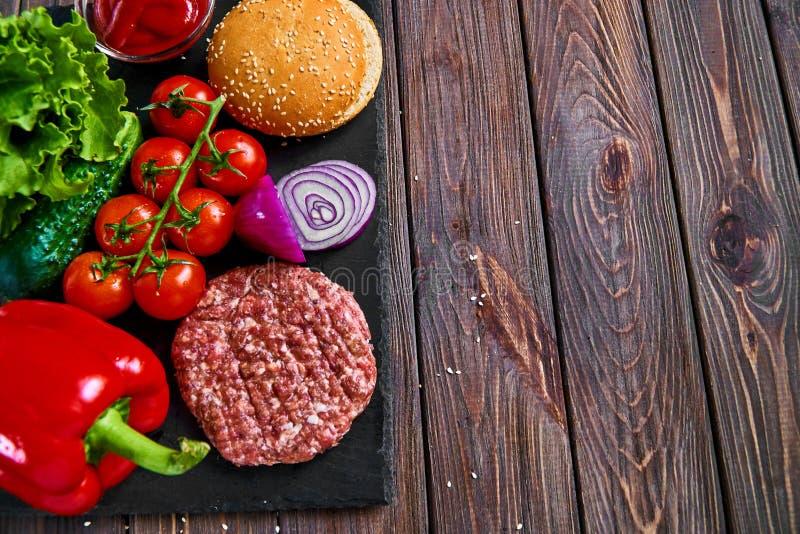 Préparation d'hamburger photo libre de droits