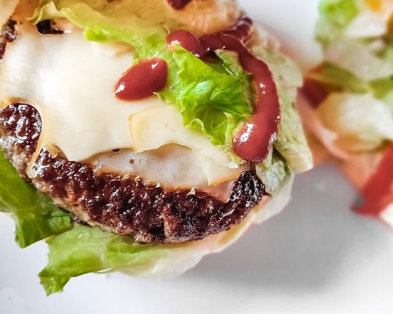 Préparation d'hamburger de boeuf avec de la salade et le fromage photo stock