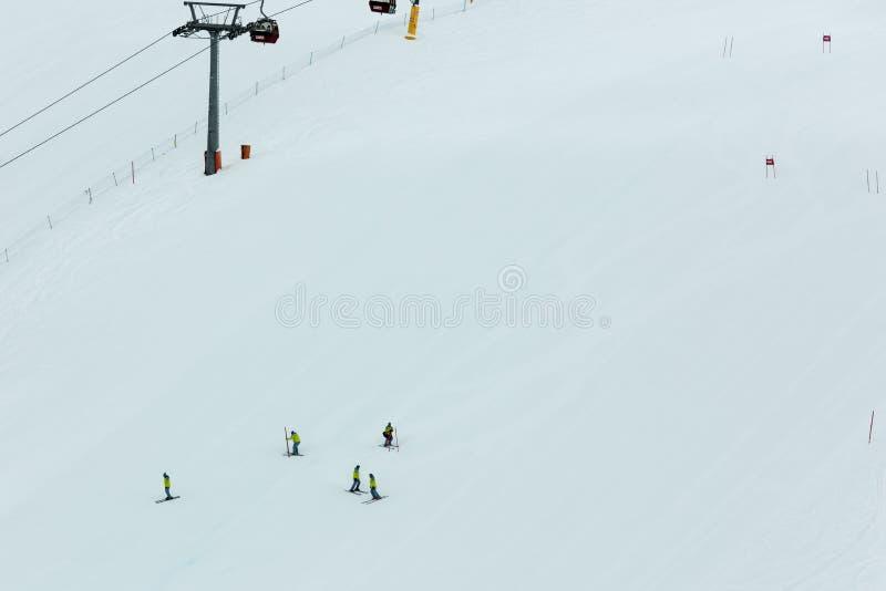 Préparation d'un cours de slalom de ski image stock