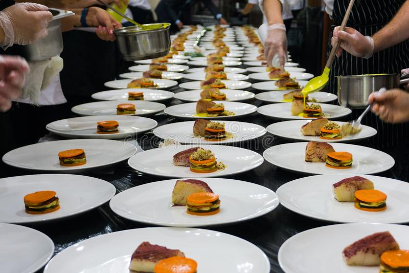 Préparation d'un dîner de fête dans le restaurant image libre de droits