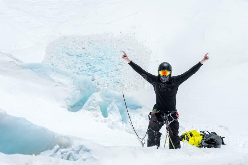 Préparation d'un guide de montagne sur des haches de glace et des qualifications d'équitation sur un glacier dans le Caucase du n photo libre de droits