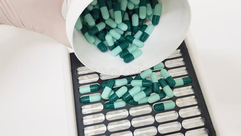 Préparation d'une prescription dans les capsules images stock