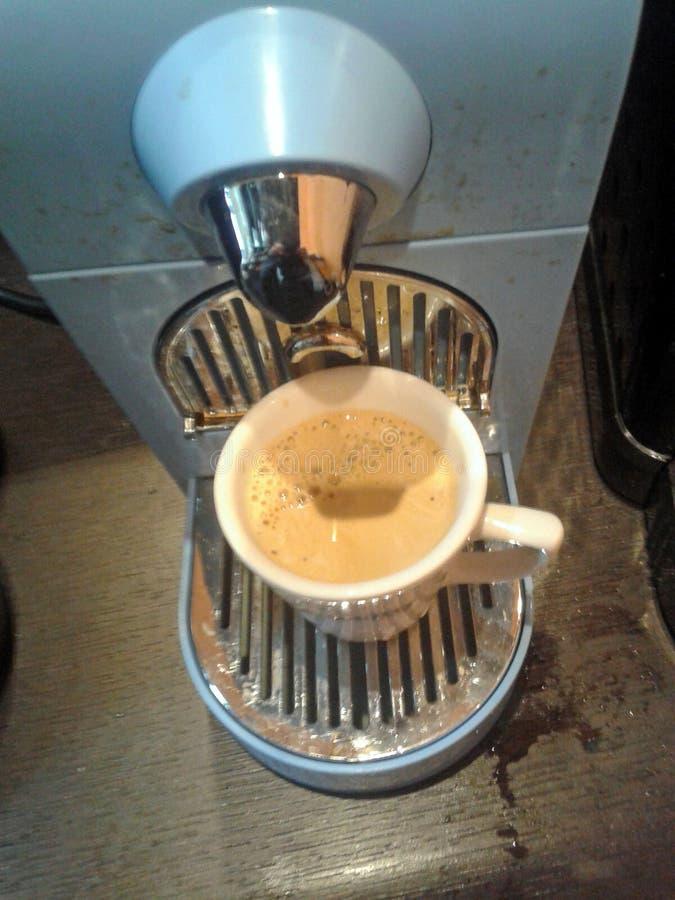 Préparation d'une tasse d'expresso dans une machine de capsule photos stock