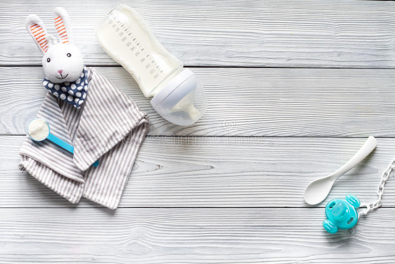 Préparation de bébé de mélange alimentant sur la vue supérieure de fond en bois photographie stock