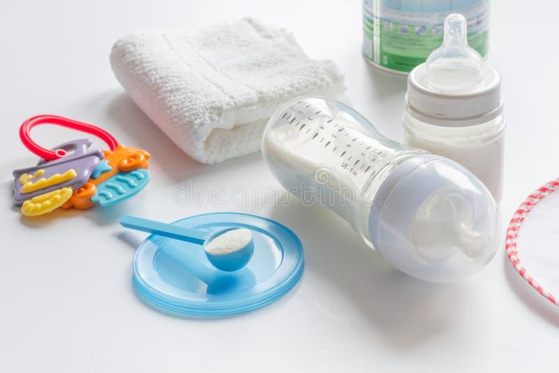 Préparation de bébé de mélange alimentant sur le fond blanc photographie stock libre de droits