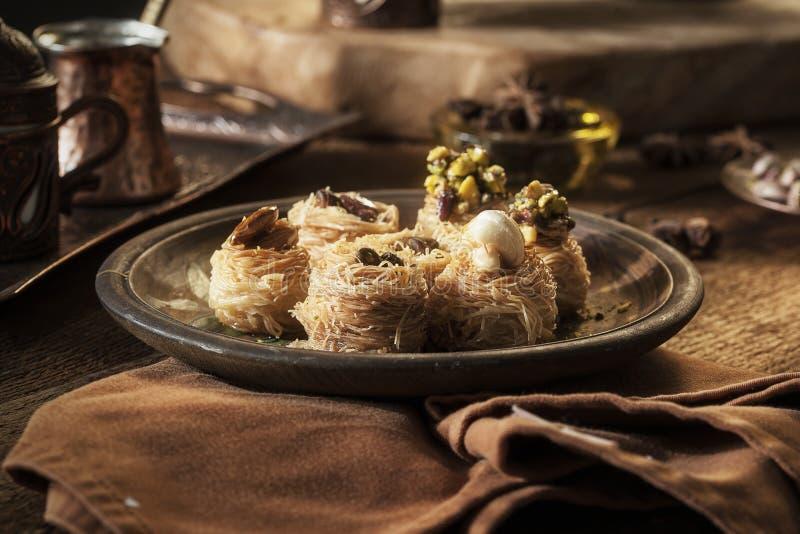 Préparation de baklava - dessert turc avec la pistache image libre de droits