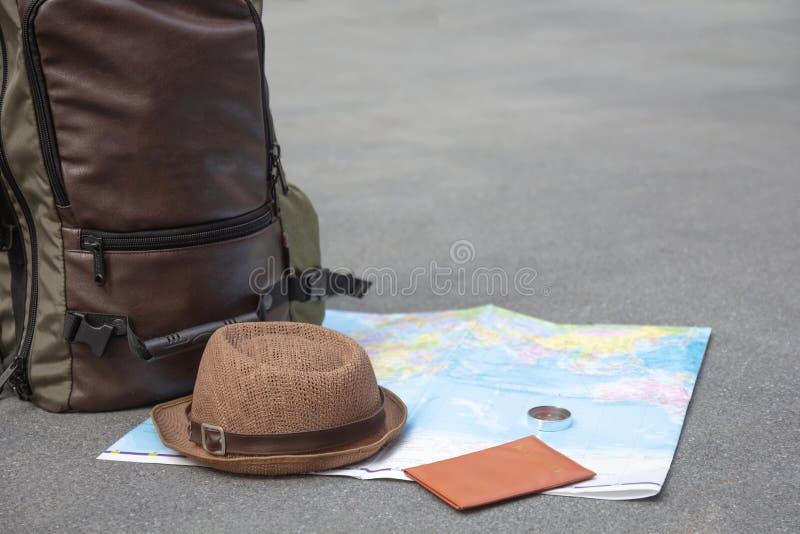 Préparation de bases d'accessoires de sac à dos de voyage, configuration plate, fausse  L'idée pour le tourisme avec le passeport image stock
