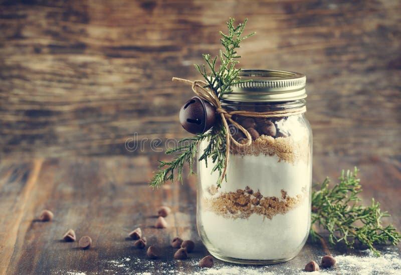 Préparation de biscuit de puces de chocolat pour le cadeau de Noël Image modifiée la tonalité images libres de droits