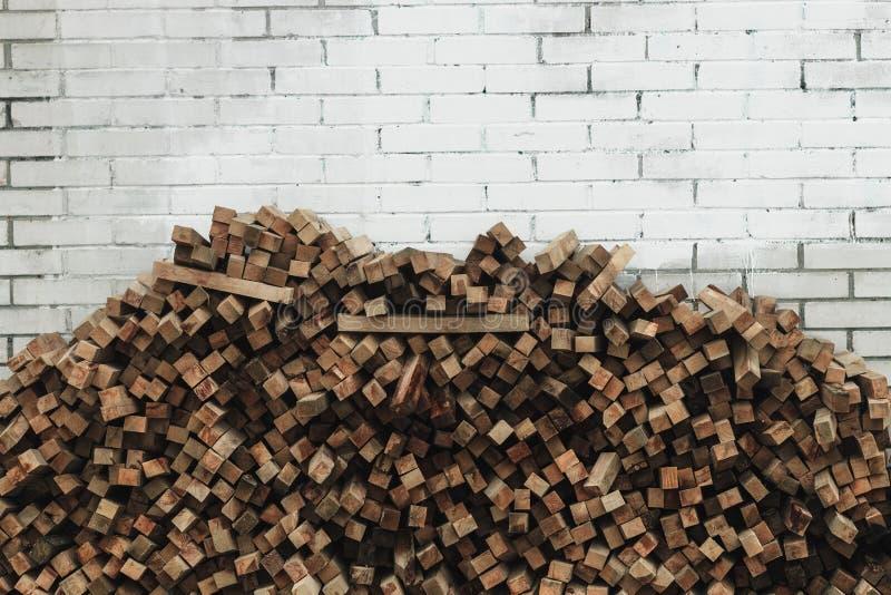 Préparation de bois de chauffage pour l'hiver fond de bois de chauffage, piles de bois de chauffage dans la forêt image stock