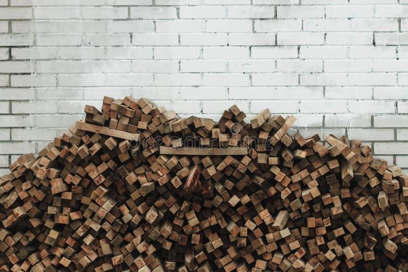 Préparation de bois de chauffage pour l'hiver fond de bois de chauffage, piles de bois de chauffage dans la forêt photos stock
